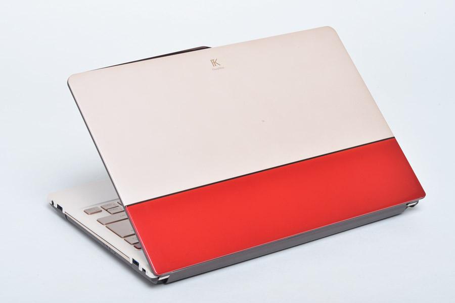 2色の切り替えが印象的な天板は、バッグや靴のようなイメージ。写真は「Elegant Red with Beige」