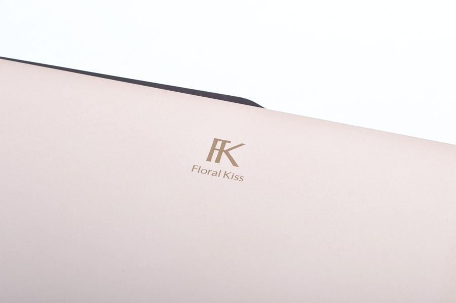 天板にFUJITSUロゴはなく、FK(Floral Kiss)のロゴが入っている