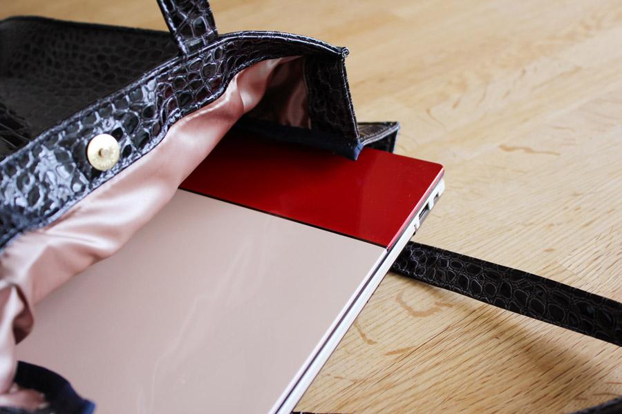 とはいえサイズ・重量ともにモバイルでも活用できる。意外にどんなデザインの鞄でもなじむ