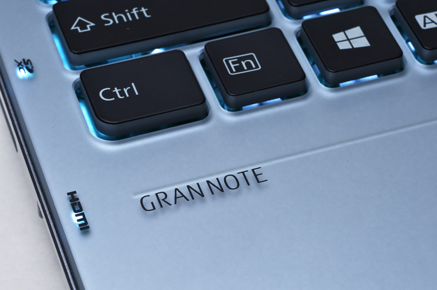 すりガラス調に加工されたアクリル板を貼り合わせたキーボード面