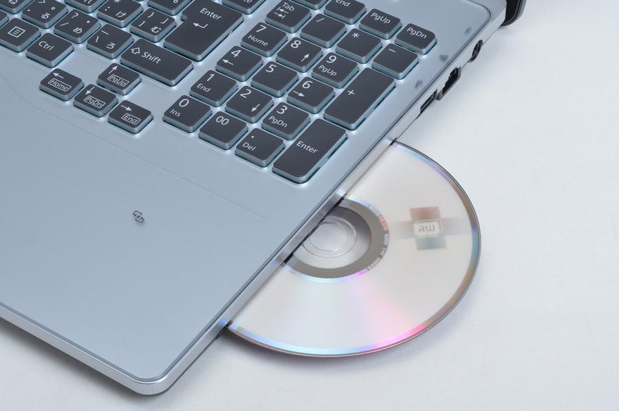 スロットインのBlu-rayドライブを搭載。大画面でBlu-rayの映像ソフトを鑑賞できる