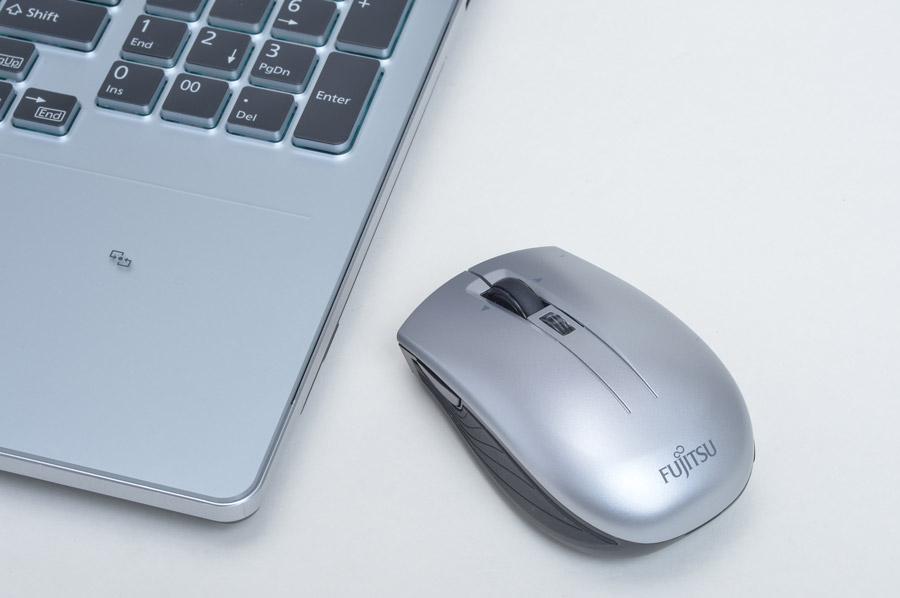 スタートボタン、戻る/進むボタン、拡大縮小機能などが使える「GRANNOTE」専用のワイヤレスマウスも同梱