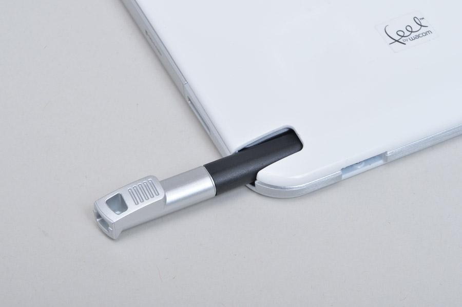 ペンは本体に収納。このペン以外にもワコムのfeel ITテクノロジー対応のペンと互換性がある