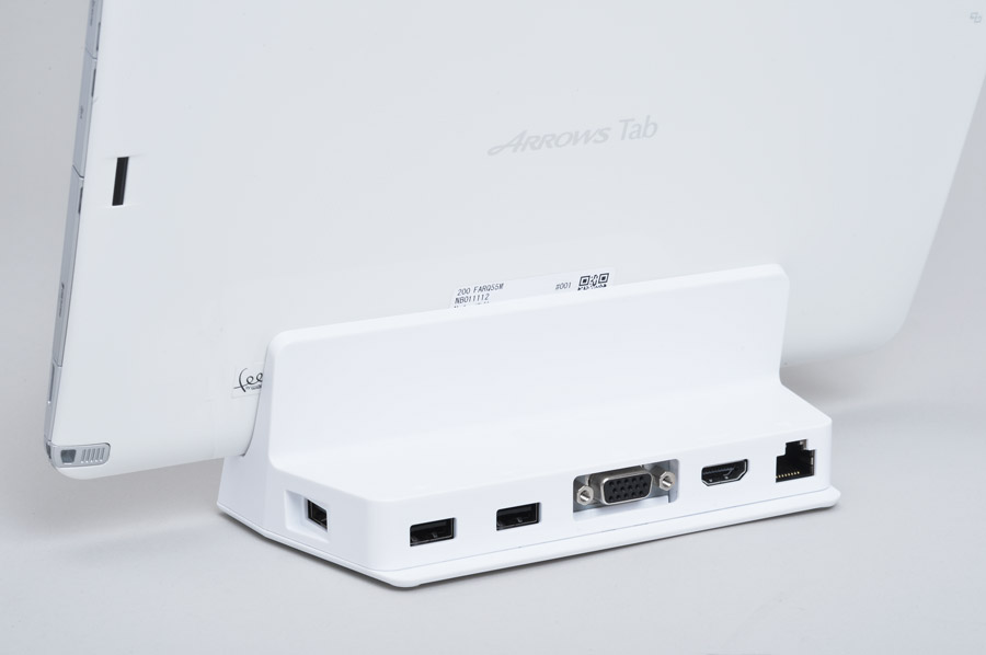 拡張クレードルにはUSB2.0×3、有線LAN、HDMI出力端子、D-SUB端子などを装備。外部モニターへの出力でデュアルディスプレイも♪