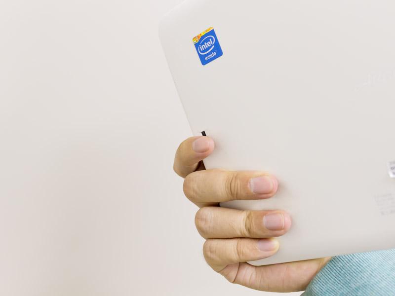 QH55/Mのようなタブレットの場合、このようにボディを握ったまま指紋認証できるので便利です