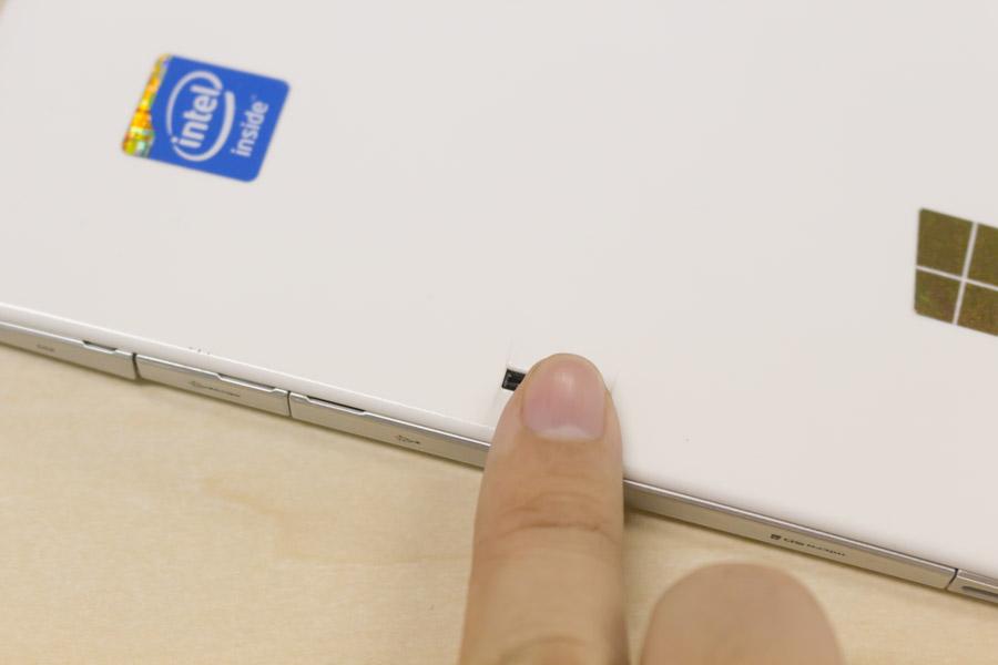 本体の内側から外側へ向かってなぞるように動かすことで指紋を登録することが可能です