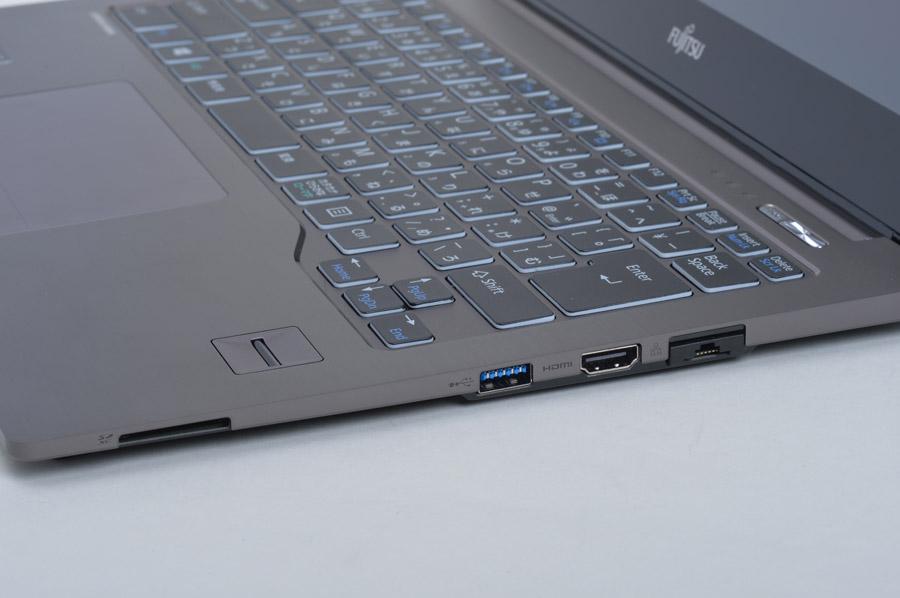 右側面には電源オフ時にも充電機能を持つUSB端子と、HDMI出力端子、引き出し式のGigabit LANを備える